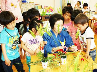 華道を真剣に学ぶ園児たち