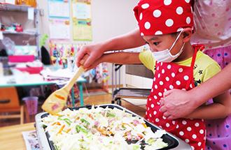 調理実習をしている園児の様子