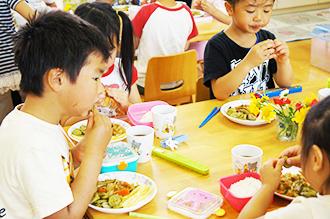 自分で料理を作ることから「食」を学ぶ園児たち